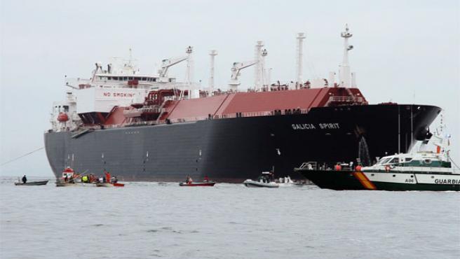 """El gasero """"Galicia Spirit"""" fue rodeado también por las lanchas de los mariscadores para impedir su paso (Foto: Efe)"""