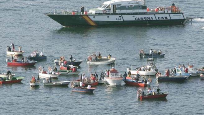Varias embarcaciones de mariscadores formaban una barrera para impedir el acceso a un buque gasero a la ría de Ferrol hace tres meses. (EFE)