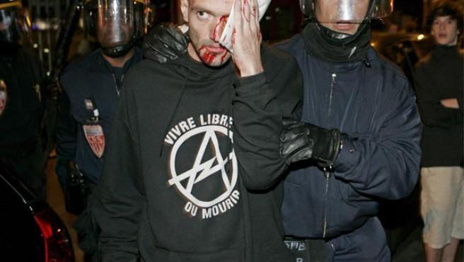 Un manifestante contrario al presidente electo Nicolás Sarkozy, detenido por la policía en París. (EFE).