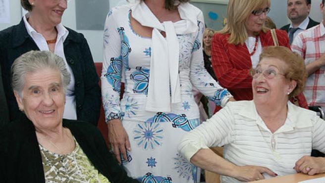 Ana Botella durante la visita a un centro de personas mayores en Valladolid.