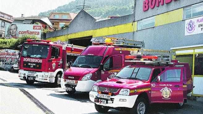 Los bomberos de Teis recibieron ayer tres nuevos coches. (M. Vila)