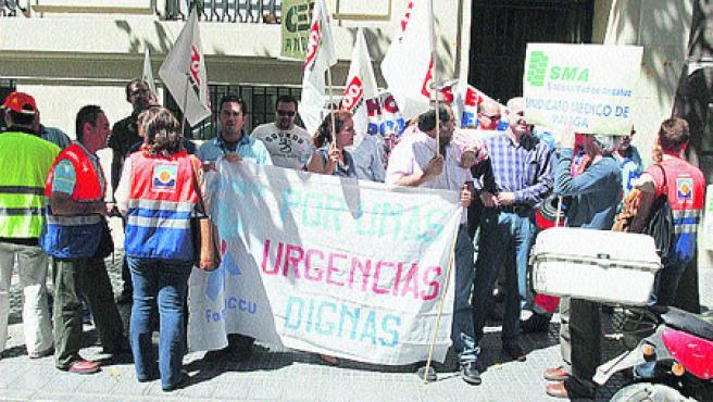 Los profesionales que atienden urgencias extrahospitalarias protestaron ante la Delegación de Salud de Málaga (M. M.).