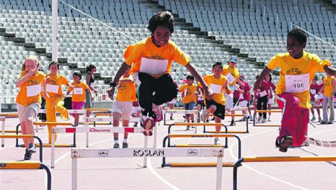 Els nens i nenes es van poder sentir atletes olímpics en disputar les proves a l'Estadi Lluís Companys. (Andreu Adrover)