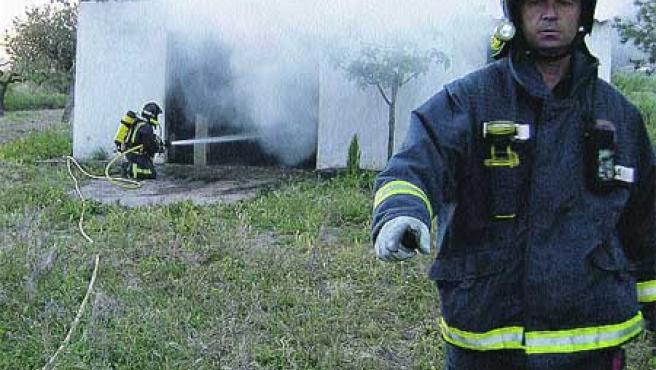 Los bomberos, apagando uno de los incendios.