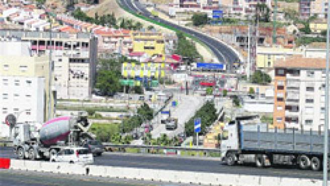 La ronda oeste, en primer plano. Al fondo, el nuevo ramal que atraviesa Ciudad Jardín desde la autovía (Á. Cabrera).