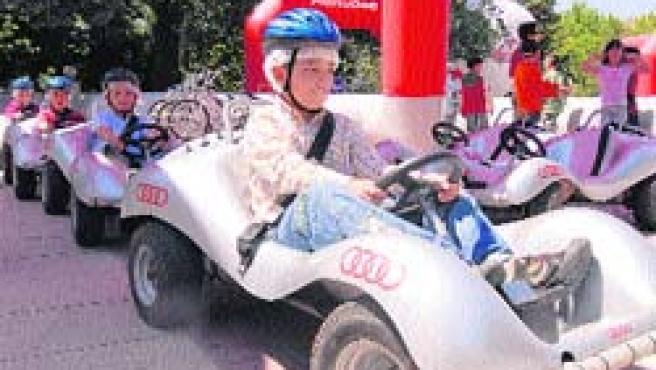 Varios escolares participaron ayer en la inauguración del circuito de seguridad vial, en el Parque Grande. (B. C.)