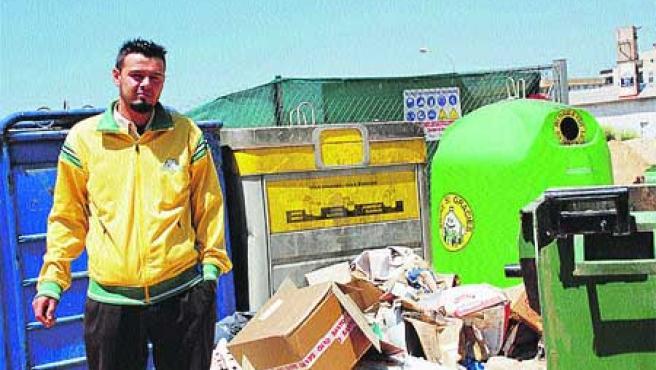 El vigilante muestra la cantidad de basura acumulada. (Begoña Gómez).