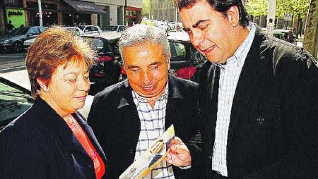 El candidato del PP al Ayuntamiento, Carlos Negreira, difundió ayer entre los vecinos de Riazor y Ciudad Jardín.