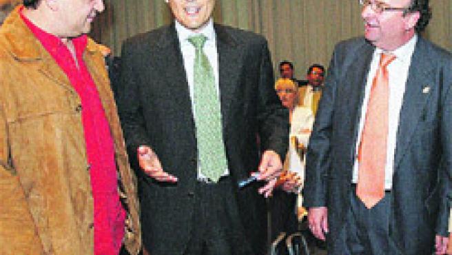 El candidato del PP, J. A. Nieto, explica sus propuestas urbanísticas (R. S.).