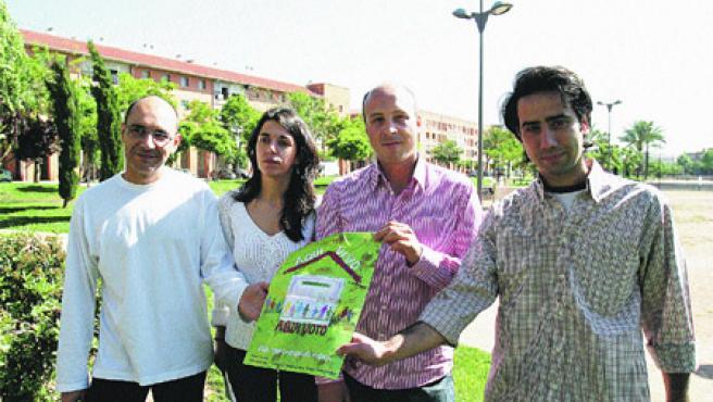 Miembros de la plataforma que reivindica el derecho al voto de los extranjeros con residencia legal y permanente en España (Roldán Serrano).