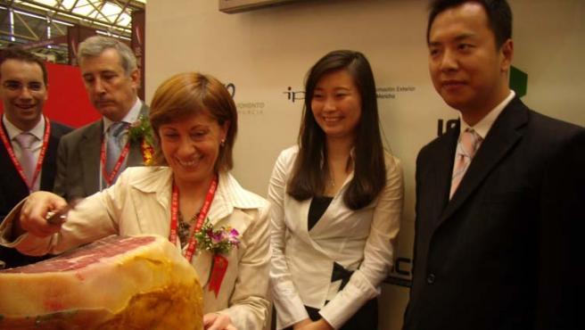 La ministra Espinosa, durante su visita a China para promocionar el jamón, en mayo (J. F. Domene).