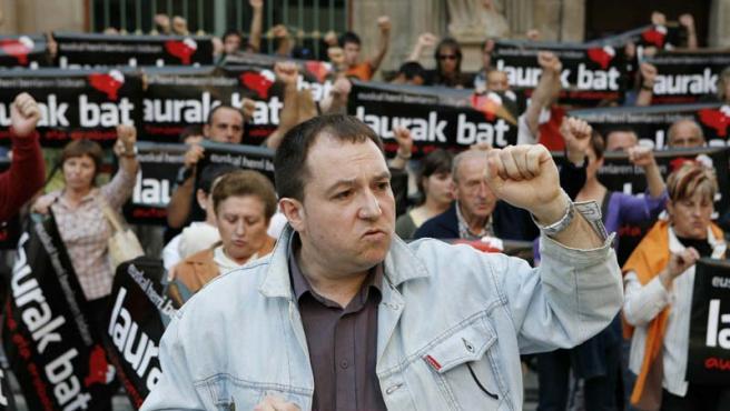 El dirigente abertxale Pernando Barrena, frente al Ayuntamiento de Pamplona, junto a sus seguidores.
