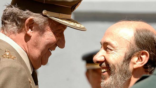 El Rey saluda a Rubalcaba en un acto celebrado este miércoles (MANUEL H. DE ).LEÓN / EFE