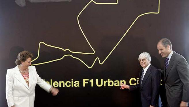 El presidente de la Generalitat, Francisco Camps (d); el máximo responsable del campeonato del Mundo de Fórmula Uno, Bernie Ecclestone, y la alcaldesa de Valencia, Rita Barberá. (Efe)