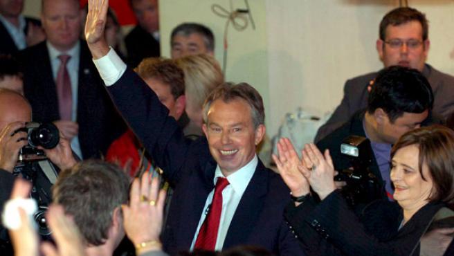 El primer ministro británico, Tony Blair, saluda a sus seguidores a su salida del club laborista Trimdon de su circunscripción de Sedgefield EFE/Raoul Dixon