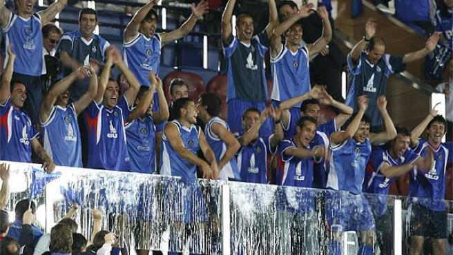 En las gradas del Coliseum Alfonso Pérez de Getafe. ¿Qué harán si ganan la Copa del Rey? De momento, están en Europa.