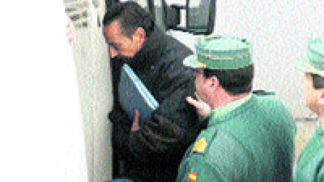 Julián Muñoz sale de los juzgados en una imagen de archivo (EFE).