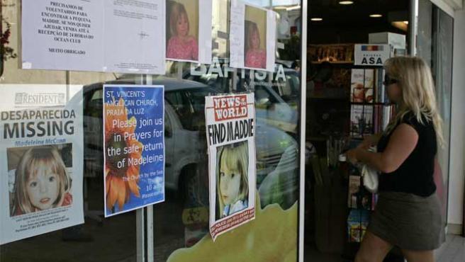 Los carteles en los que se denuncia la desaparición de Madeleine cubren gran parte de los escaparates del Algarve (Foto: Reuters)