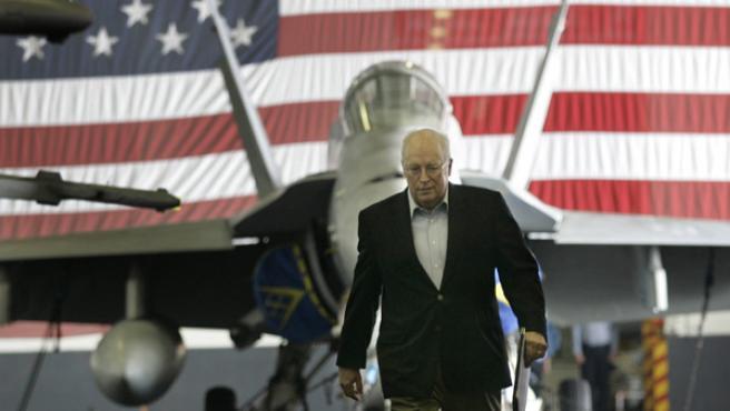 Cheney a su llegada al portaaviones John C. Stennis (AP Photo/Gerald Herbert)