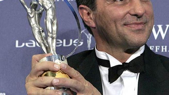 Joan Laporta, presidente del Barcelona, sonriente con el premio al Laureus espíritu deportivo. (Efe)