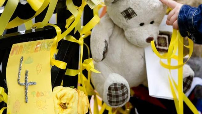 Miles de regalos y de postales en señal de apoyo han sido depositados en la puerta de su casa en Rothley, en Reino Unido.(Foto: REUTERS)
