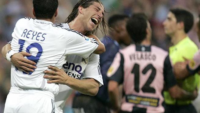 José Antonio Reyes (i) se abraza a Sergio Ramos. (Efe)