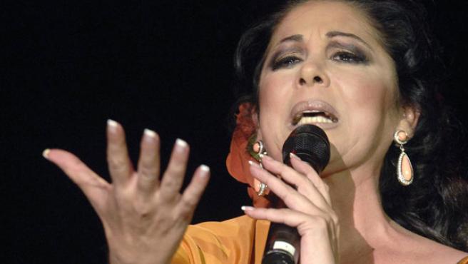 Isabel Pantoja durante su actuación en la Plaza Mayor de Valladolid