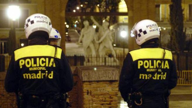 Agentes de la Policía Municipal vigilan la Plaza del 2 de Mayo y sus calles adyacentes. (EFE).