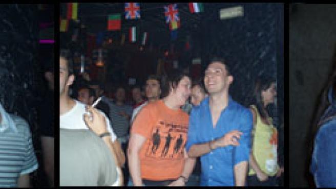 Eurofans siguen la gran cita eurovisiva en un bar del centro de Madrid.