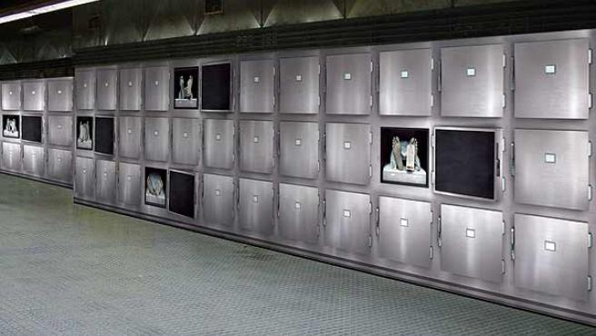 La tétrica foto con los cadáveres puede verse en el vestíbulo de la estación de Plaça Espanya.