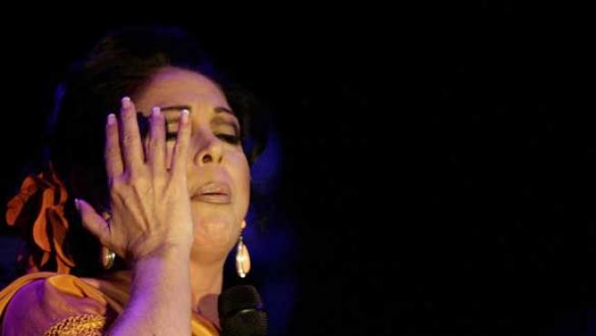 Un gesto de Isabel Pantoja en su último concierto. (Foto: REUTERS)