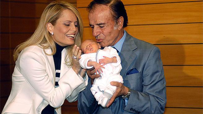 Carlos Menem y Cecilia Bolocco (© Korpa).