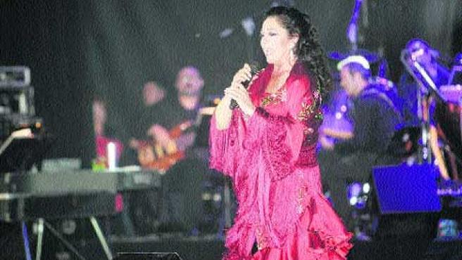 La tonadillera Isabel Pantoja, durante su actuación anoche en las Fiestas de San isidro de Madrid. (Jorge Paris).