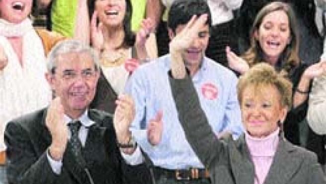 Emilio Pérez Touriño y María Fernández de la Vega arroparon ayer al candidato socialista coruñés.(EFE)