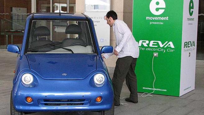 La batería del coche eléctrico se recarga con un simple enchufe casero.