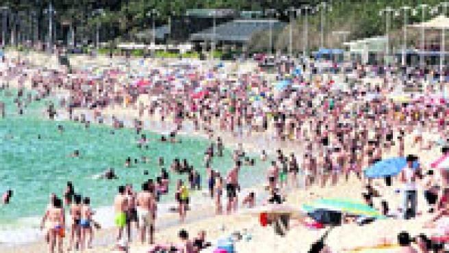 Samil, ayer por la tarde, fue el punto de encuentro de cientos de bañistas. (M. Vila)