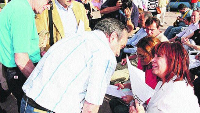 La candidata socialista a la Alcaldía, Soraya Rodríguez, y la ministra de Medio Ambiente, Cristina Narbona. (Pablo Elías)