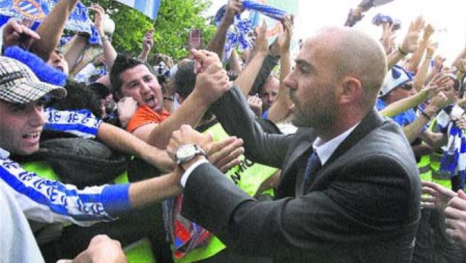 De la Peña saluda a los aficionados a su llegada a Montjuïc. (EFE)