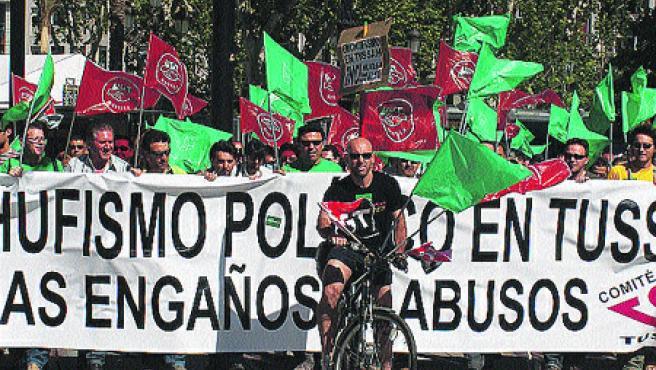 Cientos de conductores de Tussam se manifestaron por el centro contra la subrogación de 11 trabajadores de la compañía de Los Amarillos (R. G.).