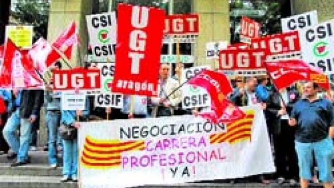 Los sindicatos sanitarios volvieron a concentrarse ayer. (F. S.)