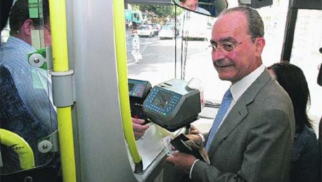 Francisco de la Torre cogió ayer un autobús de la línea 2. (Á. C.)