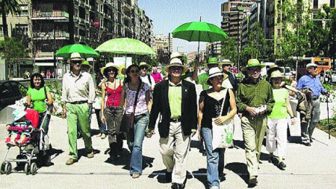 De esta guisa se pasearon ayer Los Verdes por el bulevar de Constitución.