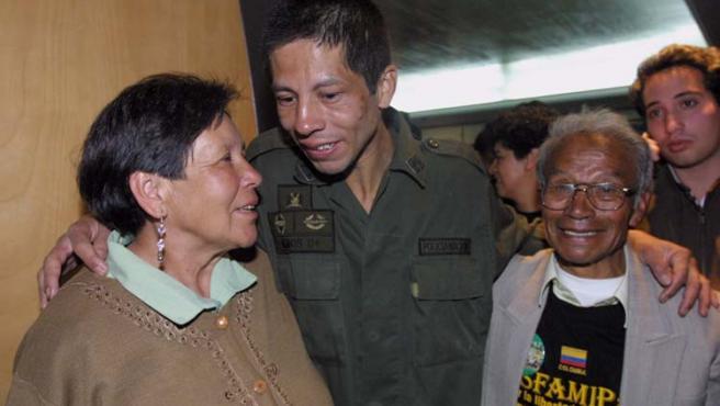El policía John Frank Pinchao se reencuentra con sus padres tras nueve años secuestrado por las FARC.