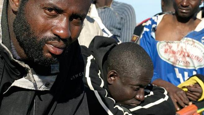 Inmigrantes interceptados en Motril (PAQUET / EFE).