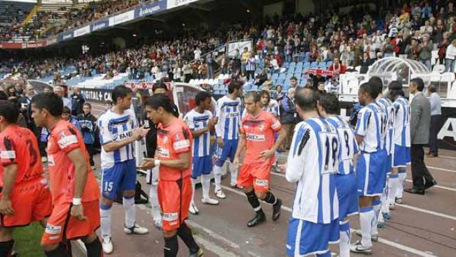 El Sevilla CF es recibido en el estadio Municipal de Riazor con el pasillo al campeón hecho por el equipo local, el Deportivo de La Coruña (Efe).