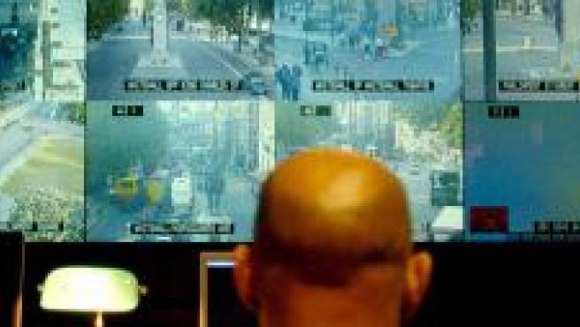 Un oficial de policía observa las imágenes de varias cámaras en Londres (foto: Efe).