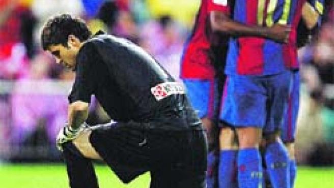 Pichu, arrodillado tras un gol del Barcelona.(José Huesca / EFE)