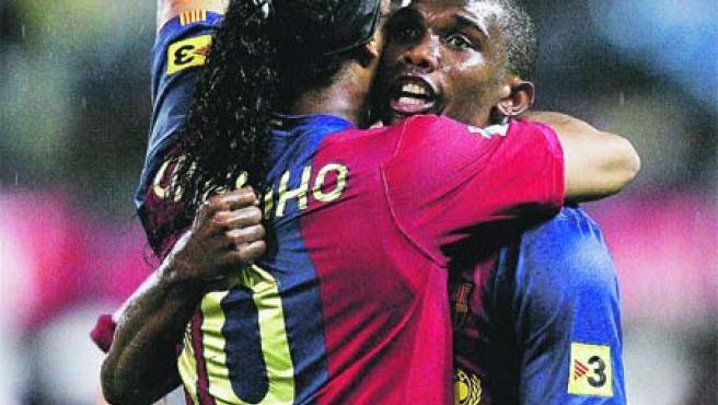 Ronaldinho y Eto'o enterraron viejas rencillas. (Reuters)