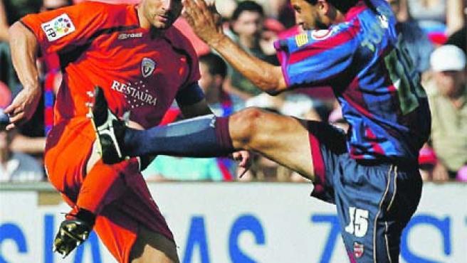 Tommasi salta a por el balón ante la presión de Flaño. (EFE)
