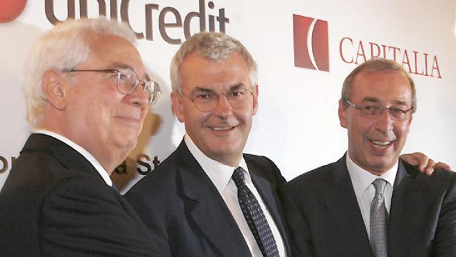 El presidente del banco UniCredit Dieter Ramp (dcha.), el consejero delegado de UniCredit Alessandro Profumo y el presidente de Capitalia Cesare Geronzi (izq.). (REUTERS).
